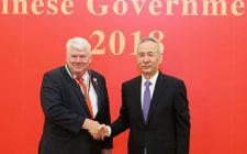 Jørgen Mads Clausen insignito del Premio dell'Amicizia del Governo Cinese dal Vice Premier Cinese Liu He, presso la Grande Sala del Popolo a Pechino